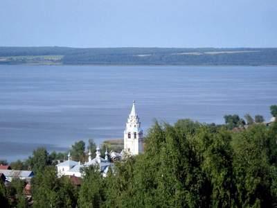 вид на Галическое озеро и храмовый комплекс
