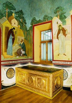 Рака с мощами прп. Дионисия в Серапионовой палатке Троицкого собора Троице-Сергиевой лавры. Фотография. 2006 г.
